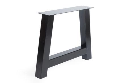 Tischgestell aus Stahl im Industriedesign mit Massivholz Tischplatte