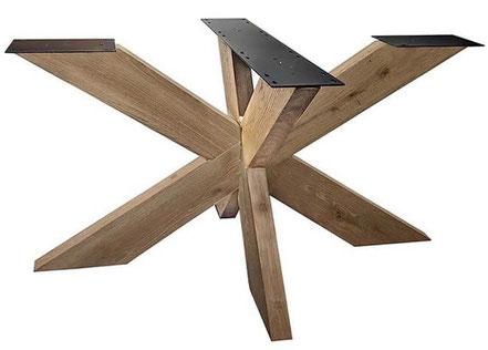 Tischgestell Spider aus Stahl im Industriedesign mit Massivholz Tischplatte