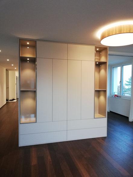 Wohnwand mit offenen Nischen mit LED-Beleuchtung
