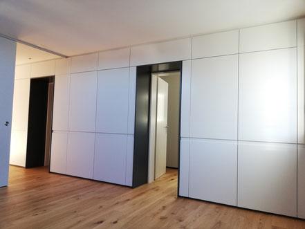 Einbauschrank mit Durchgänge zu Türen Farblackiert