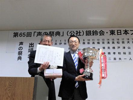会長と荻津さん(右)