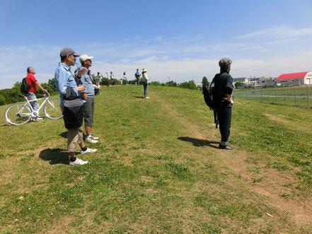 5月8日(2015) 展望の丘(武蔵野の森公園):プロペラ機の離着陸を眺める人々(5月5日、調布飛行場の見える場所で)