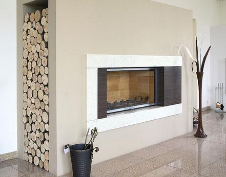Moderner Speicherofen mit Brennholzaufbewahrung