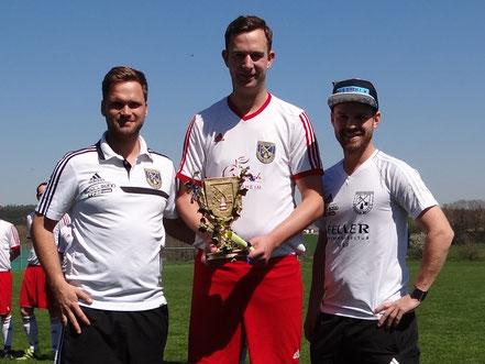 Tobias Guter erhielt den goldenen Vereinsbaum für 500. Spiele überreicht.