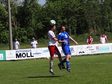 Der zweifache Torschütze Tobias Guter im Kopfballduell.