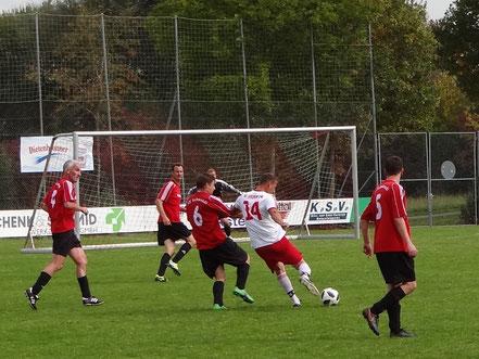 Janos Aubele (Nr. 14) setzt sich hier gegen mehrere Gegenspieler durch