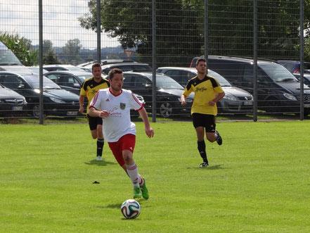 In dieser Szene lief Achim Schenk seinen Gegenspielern davon.  Nach 90 Minuten aber gewann die Heimelf.