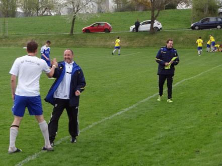 Pure Erleichterung nach dem 2:1. Coach Alex Frey freut sich im Vordergrund, während im Hintergrund die Spieler jubeln.