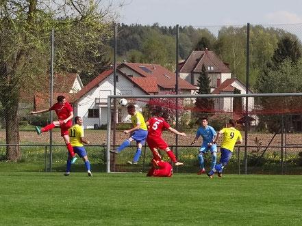 Nicolai Ertle erzielt hier das zwischenzeitliche 1:2 per Kopf