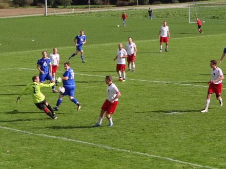 In dieser Szene verpassten alle Spieler den Ball. Sonst wäre es bestimmt gefährlich geworden.