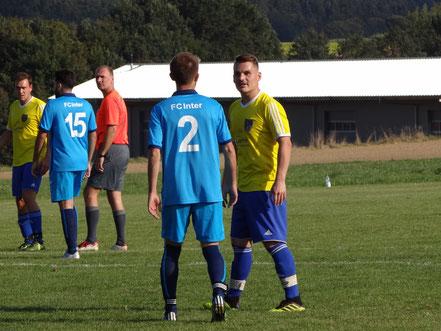 Torschütze Marius Egger unterhielt sich während des Spiels ausgiebig über das schöne Spätsommerwetter mit seinem Gegenspieler..