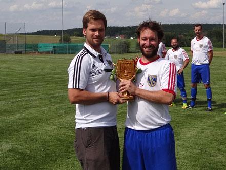 Freudestrahlend durfte der Vereinspokal in Bronze überreicht werden.