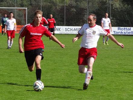 Libero Alexander Frey (rechts) im Laufduell mit einem Spieler aus Schwendi.