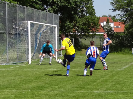 In dieser Szene scheiterte Tobias Guter noch. Wenig später erzielte er das zwischenzeitliche 0:2.