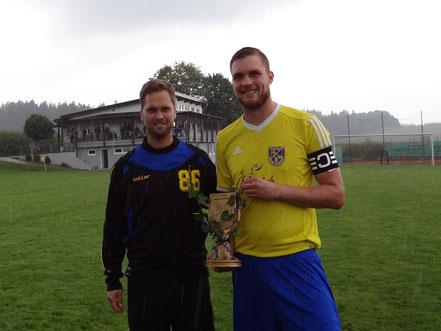 """Nicolai Ertle wurde von Abteilungsleiter Raffael Eberle in den """"Club der 300er"""" aufgenommen."""