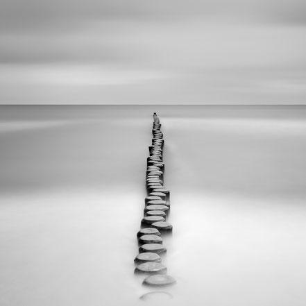 Groyne, Buhne, Baltic Sea, Ostsee, schwarz-weiß, Minimalismus, minimalism, minimalist, minimalistisch, Holger Nimtz, Wandbild, Kunst, fine art,