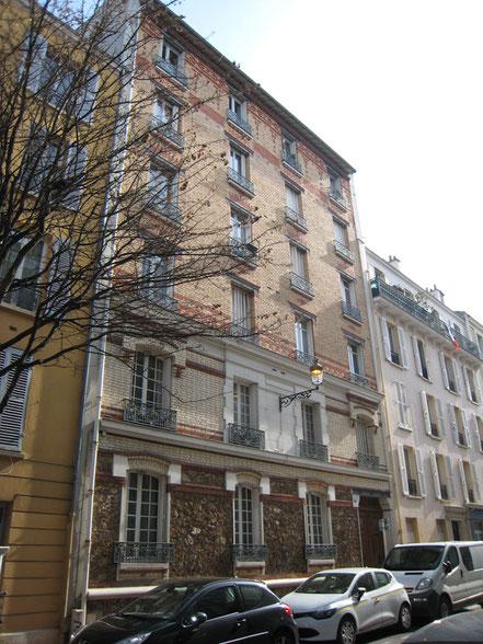 Façade actuelle sur la rue Edgar Quinet. La pierre de taille au premier étage indique l'emplacement de l'étage noble originel.