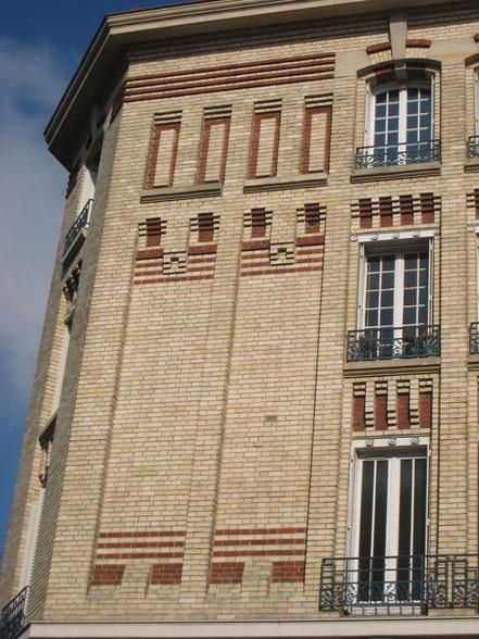 Détail du trumeau séparant l'angle des travées de la rue Gabriel Péri. Noter la variation des teintes de brique qui accentuent l'effet de profondeur sur des parties non porteuses de la construction.