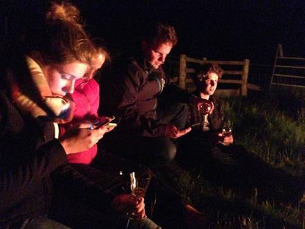 Foto: Learn on the Fly reis Schotland en Wales 2015. Tijdens het kampvuur s'avonds een drankje, marsmallows roosteren en een berichtje naar huis sturen natuurlijk. Hebben we hier ontvangst?