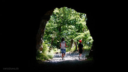 Tunnelausgang mit zwei Wanderern