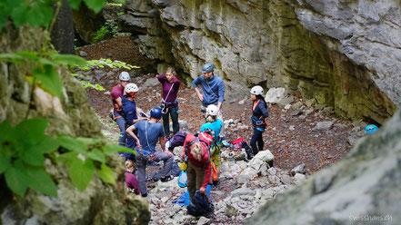 Personen in Kletterausrüstung zwischen den Felsen bei der Procha Burg.