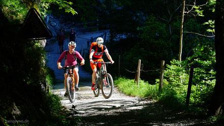 Zwei Biker auf einem Weg im Wald beim Berggasthaus Rohr bei Sennwald.