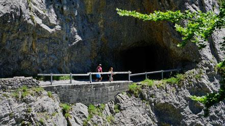 Tunnelportal in der Felswand auf dem Weg zur Alp Rohr