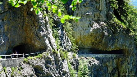 Galerie und Tunnel in der Felswand auf dem Weg zur Alp Rohr