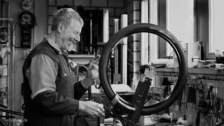 Velomechaniker in der Werkstatt repariert ein Rad eines Volos