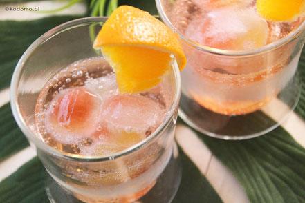 余ったクラッシュゼリーは卵パックを製氷機変わりにして水を入れ、凍らせるとキラキラトロピカル氷に。お酒やジュースに入れて色を楽しめます◎