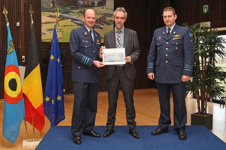 Chèque de 10.000€ pour la Ligue Braille