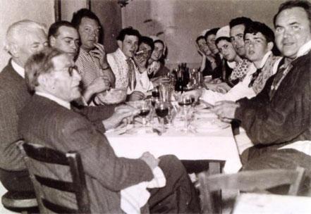 Gaston GUILLEMAIN (de dos premier plan), Jean ROUX, Jean-Louis BONCOEUR. A droite, Roger PEARRON, Mic BAUDIMANT