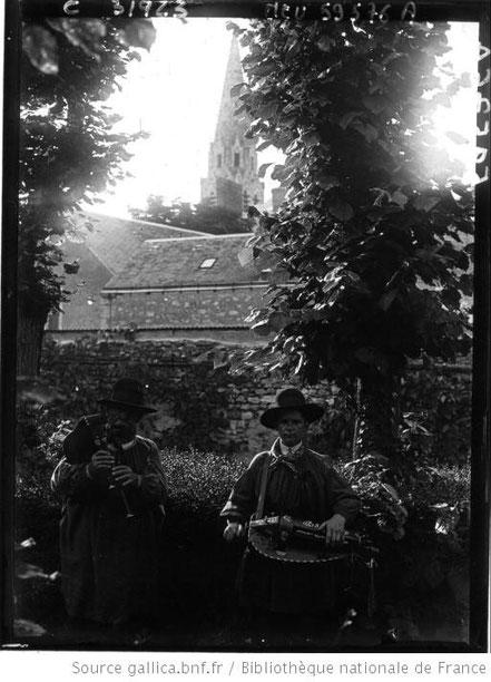 Carcassonne : joueurs de vielle et de musette [à droite Gaston Riviere, à gauche Bertrand Appaire]