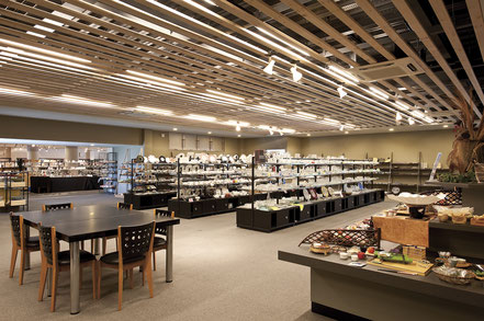 センチュリーのショールームでは、陶磁器、ガラス、漆器、金属製品など、様々な器を取り揃えております。