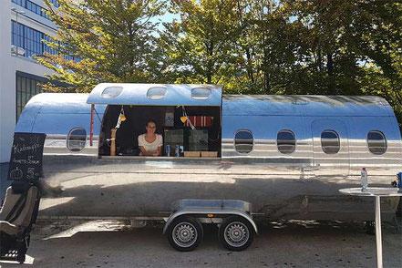 Flugzeug Foodtruck mit Würsten und Risoto