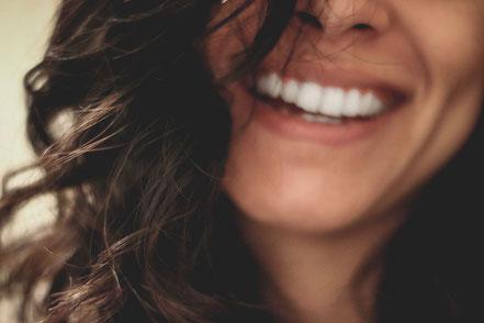 Schöne Zähne und sympathisches Lächeln dank Veneers