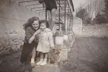 1958 : Josette et Christine MISTRAL dans le jardin de Mme BOUDIN.