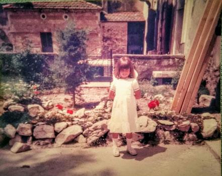 Valérie Pellarin devant chez elle (actuelle maison de la famille Pagès) vers 1980
