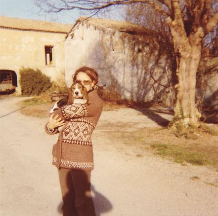 Christine sur la route près de la maison PERON (octobre 1974)