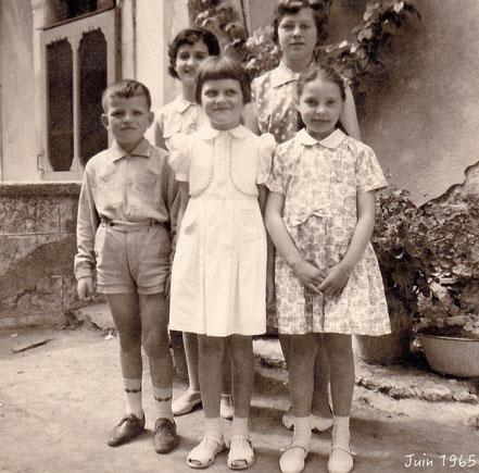 Maryse CAPPAÏ, Jean, Simone et Brigitte CLARETON, Edith CHABOT devant l'actuelle maison de la famille PAGES.