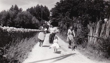 1959 : L'entrée du hameau après l'ancienne école. La famille MISTRAL se promène. (La petite en blanc c'est Christine.)