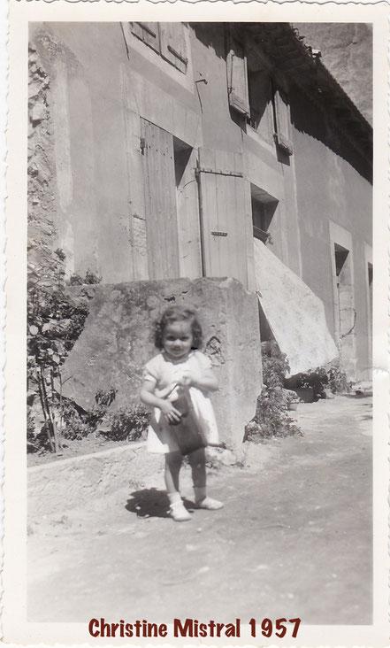 Christine devant sa maison. La maison au rideau est celle de Laurent Thorailler.