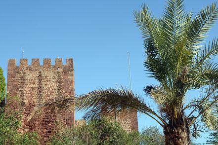 Vor der Burg in Silves wacht eine Statue von König Sanchos I.