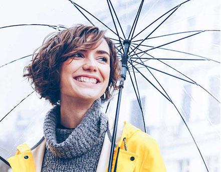 Keyvisual mit Regenschirm und Friesennerz