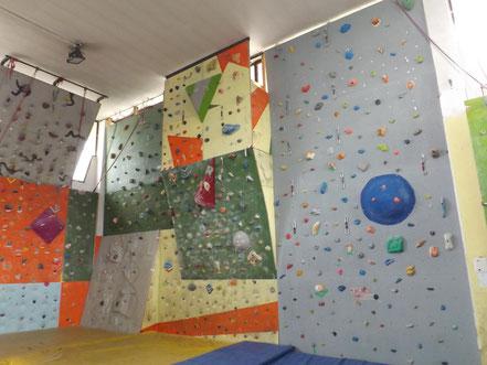 Corsi di arrampicata fdkm su parete artificiale