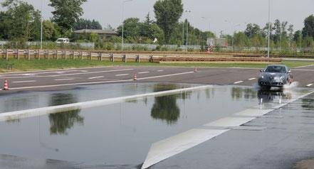 Corsi di guida sicura fdkm su strada bagnata