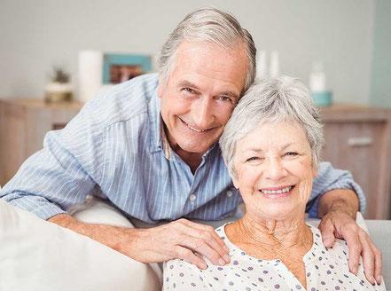 Älteres Ehepaar, Mann legt Frau von hinten die Hände auf die Schulter