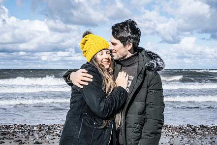 Pärchen am Strand kalt gesund dank metavirulent