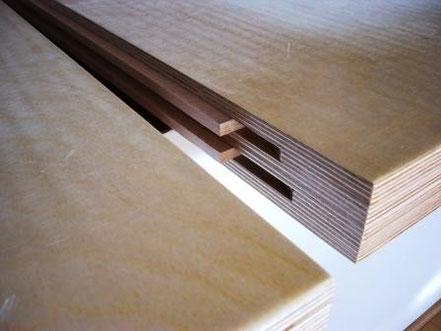 Bild: Die Stöße übergroßer Multiplexplatten werden durch Doppelnut und Federn verbunden.