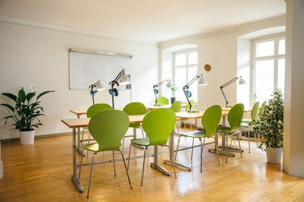 Der lichtdurchflutete Raum lädt zum Lernen ein.